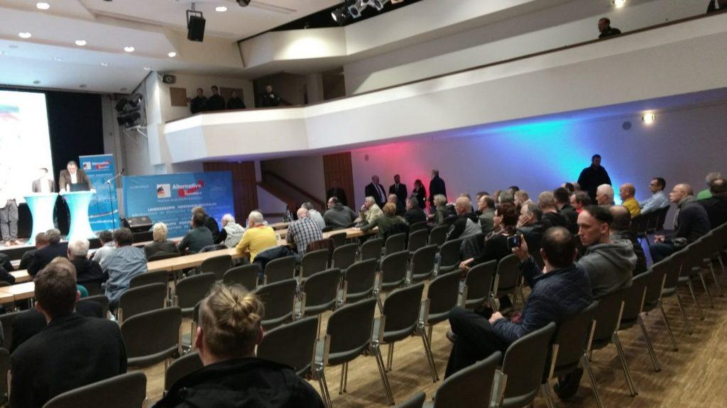 Wenig Interesse an AfD-Veranstaltung in Witten: Nachdem die meisten Gegendemonstranten den Saal angewidert verlassen hatten, war er ziemlich leer. Foto: ENSSQ
